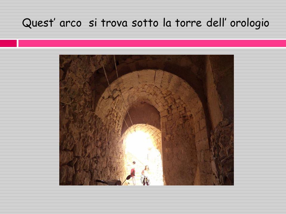 Quest' arco si trova sotto la torre dell' orologio