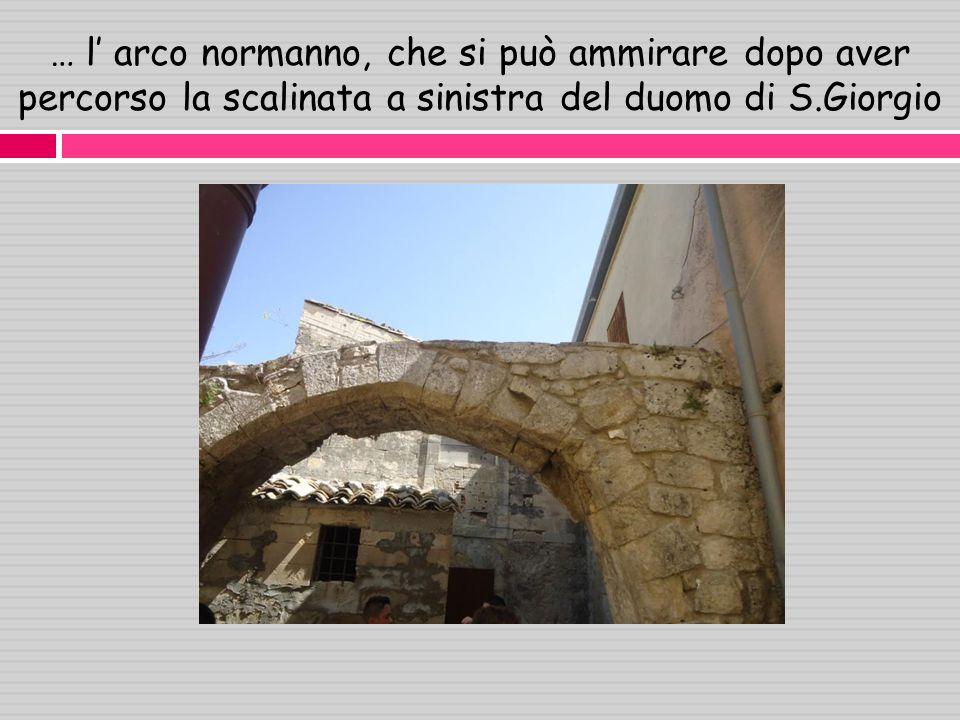 … l' arco normanno, che si può ammirare dopo aver percorso la scalinata a sinistra del duomo di S.Giorgio