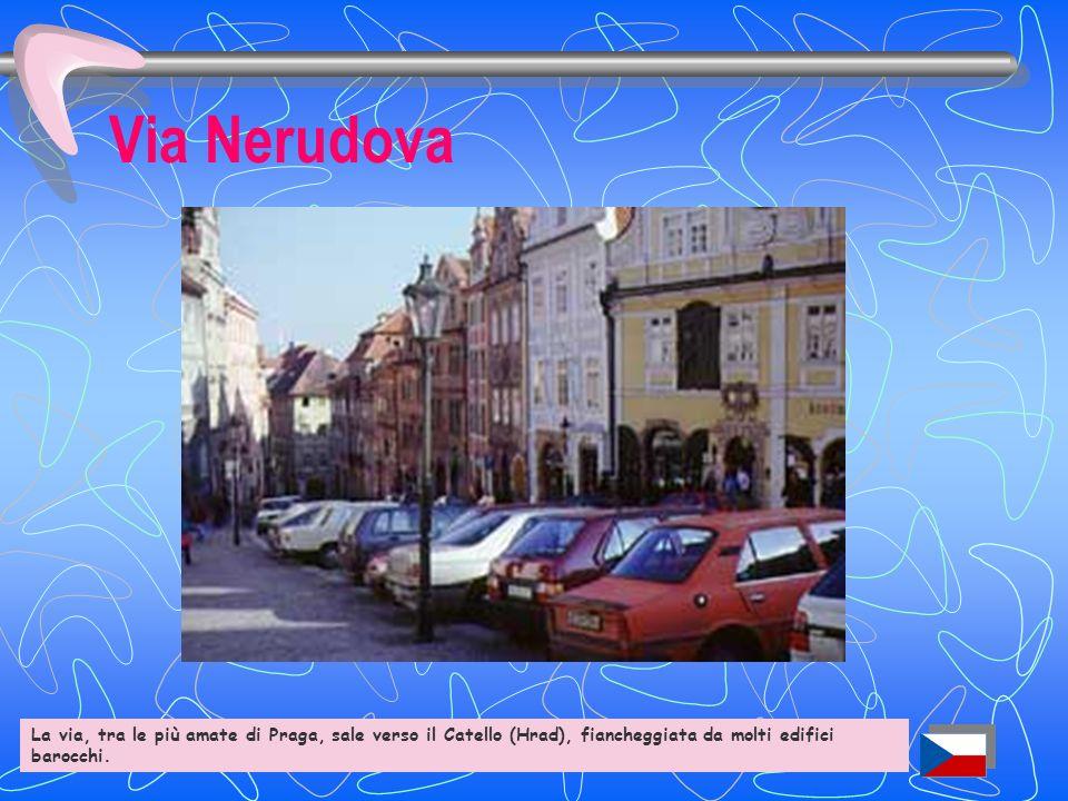 Via Nerudova La via, tra le più note di Praga, sale verso il Castello (Hrad) fiancheggiata da molti edifici barocchi.