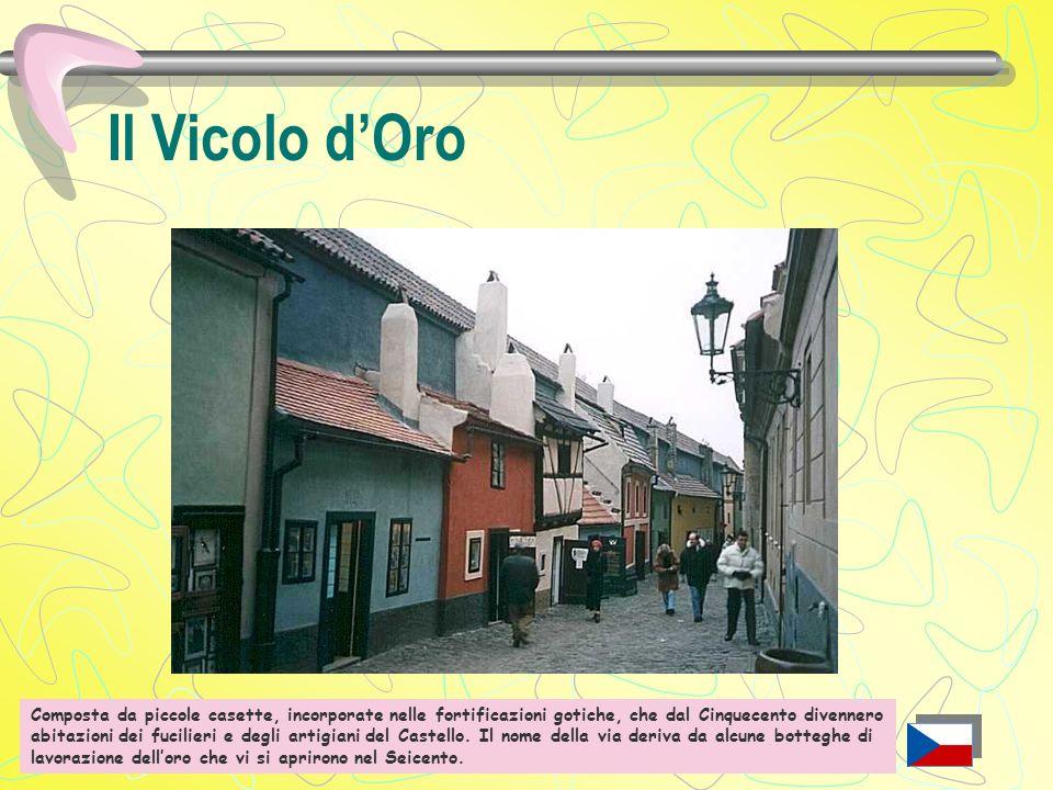 Il Vicolo d'Oro Sotto le mura del Castello, deriva il proprio nome da alcune botteghe di battiloro che vi si aprirono nel '600.