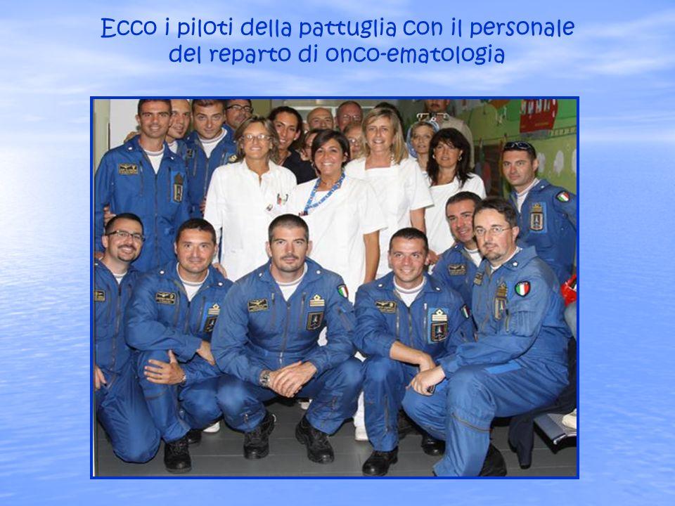 Ecco i piloti della pattuglia con il personale del reparto di onco-ematologia