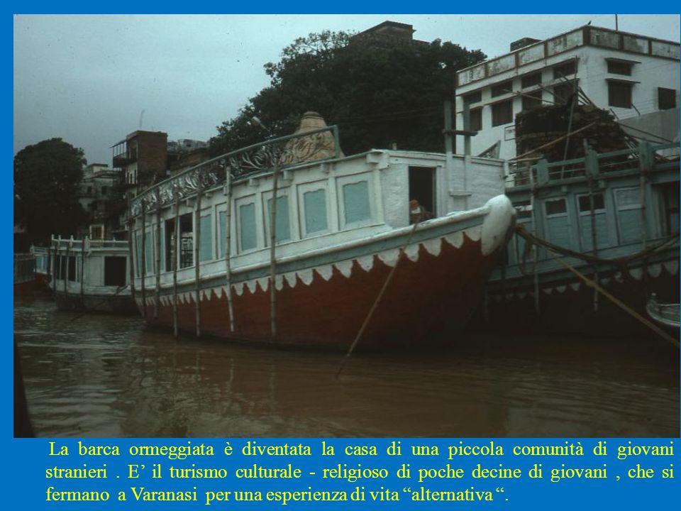 La barca ormeggiata è diventata la casa di una piccola comunità di giovani stranieri .