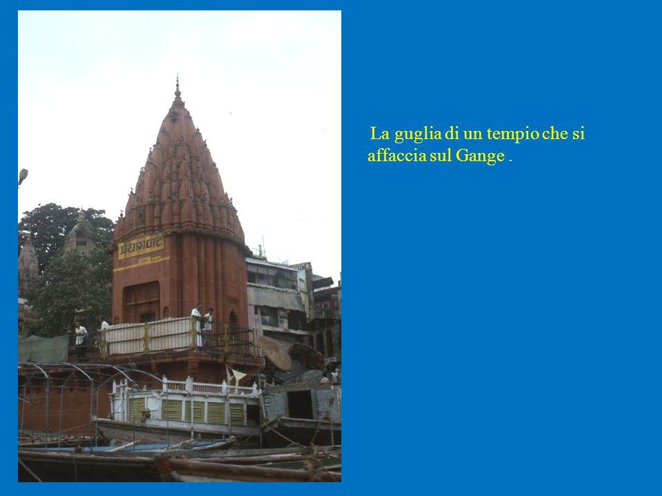 La guglia di un tempio che si affaccia sul Gange .