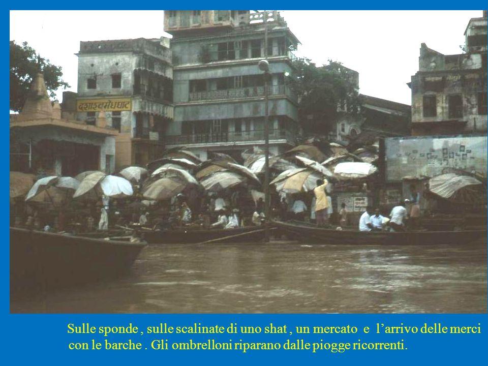 Sulle sponde , sulle scalinate di uno shat , un mercato e l'arrivo delle merci con le barche .