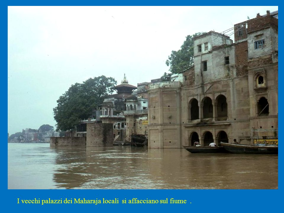 I vecchi palazzi dei Maharaja locali si affacciano sul fiume .