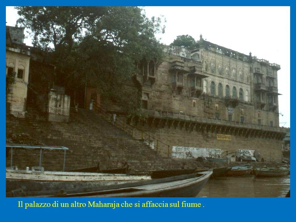 Il palazzo di un altro Maharaja che si affaccia sul fiume .