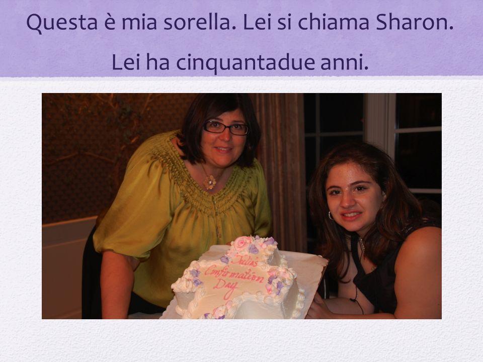 Questa è mia sorella. Lei si chiama Sharon. Lei ha cinquantadue anni.