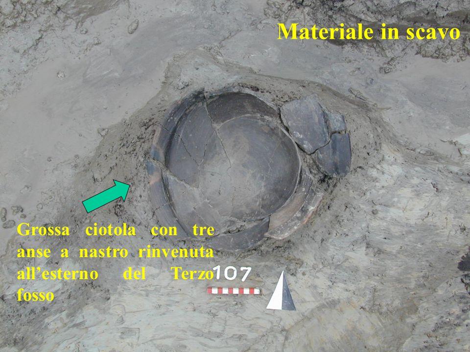 Materiale in scavo Grossa ciotola con tre anse a nastro rinvenuta all'esterno del Terzo fosso