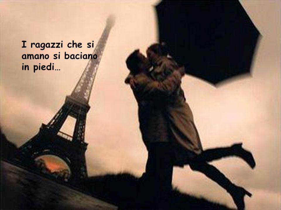 I ragazzi che si amano si baciano in piedi…