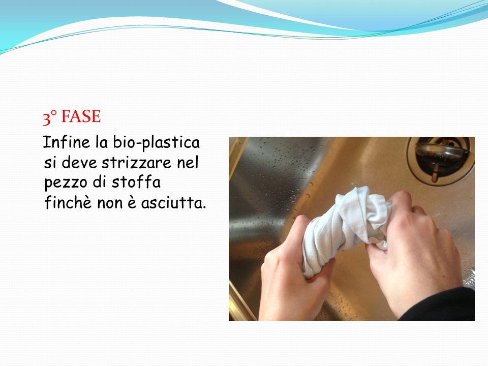 3° FASE Infine la bio-plastica si deve strizzare nel pezzo di stoffa finchè non è asciutta.