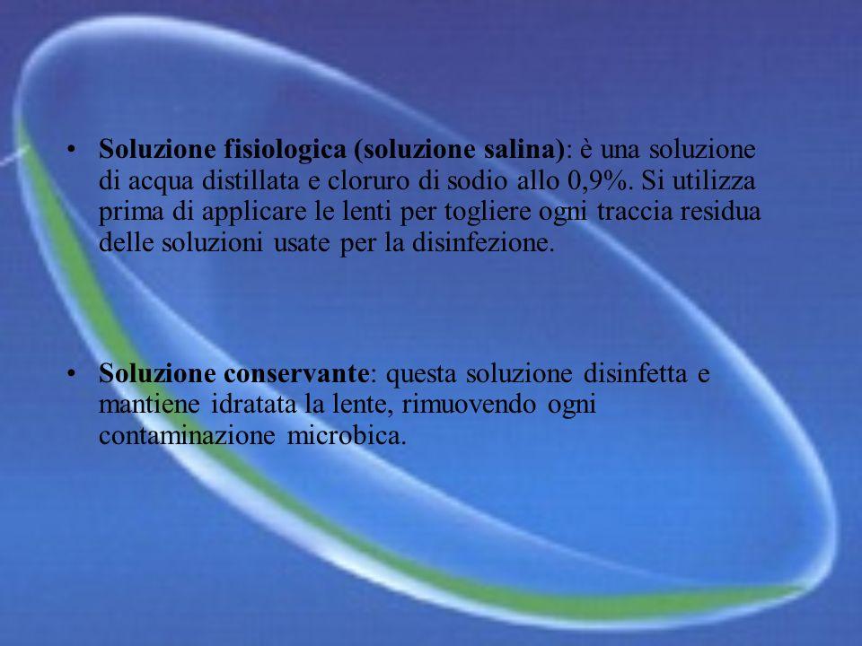 Soluzione fisiologica (soluzione salina): è una soluzione di acqua distillata e cloruro di sodio allo 0,9%. Si utilizza prima di applicare le lenti per togliere ogni traccia residua delle soluzioni usate per la disinfezione.