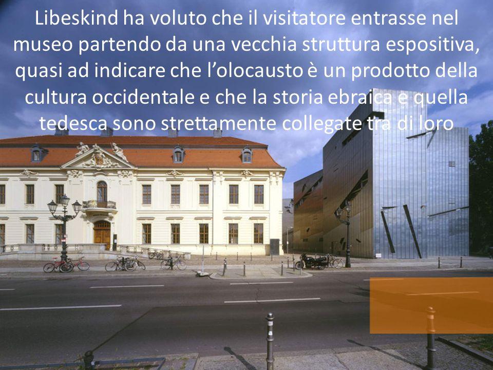 Libeskind ha voluto che il visitatore entrasse nel museo partendo da una vecchia struttura espositiva, quasi ad indicare che l'olocausto è un prodotto della cultura occidentale e che la storia ebraica e quella tedesca sono strettamente collegate tra di loro