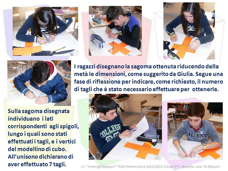 I ragazzi disegnano la sagoma ottenuta riducendo della metà le dimensioni, come suggerito da Giulia. Segue una fase di riflessione per indicare, come richiesto, il numero di tagli che è stato necessario effettuare per ottenerla.