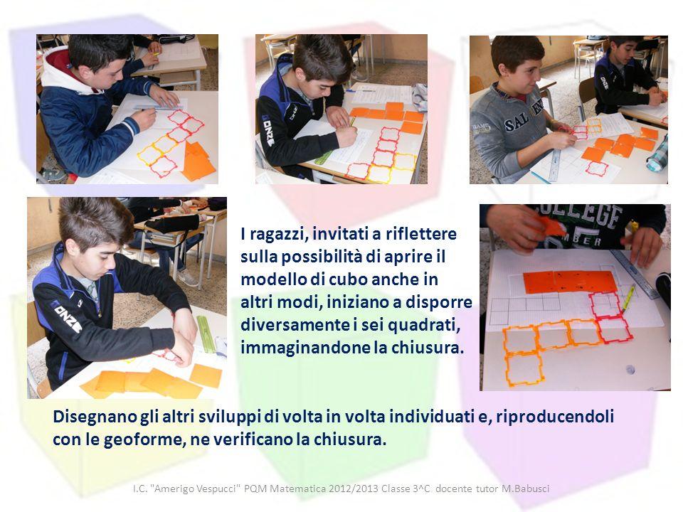 I ragazzi, invitati a riflettere sulla possibilità di aprire il modello di cubo anche in altri modi, iniziano a disporre diversamente i sei quadrati, immaginandone la chiusura.