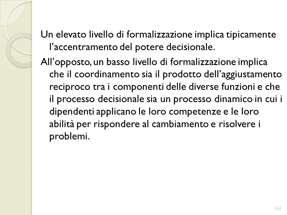 Un elevato livello di formalizzazione implica tipicamente l'accentramento del potere decisionale.