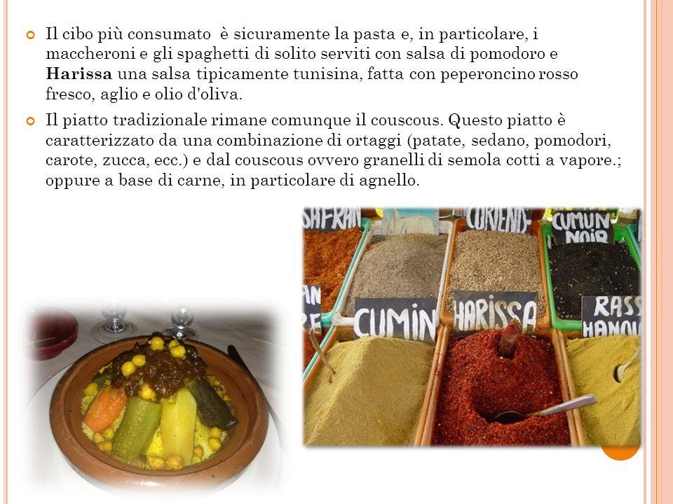 Il cibo più consumato è sicuramente la pasta e, in particolare, i maccheroni e gli spaghetti di solito serviti con salsa di pomodoro e Harissa una salsa tipicamente tunisina, fatta con peperoncino rosso fresco, aglio e olio d oliva.