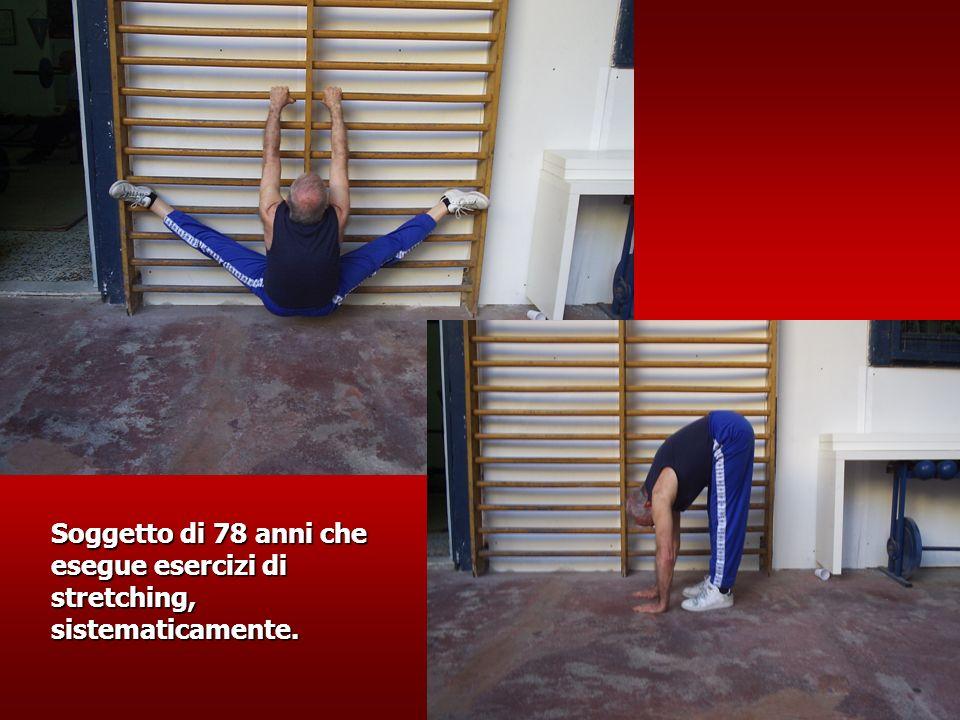 Soggetto di 78 anni che esegue esercizi di stretching, sistematicamente.
