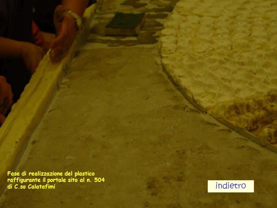 Fase di realizzazione del plastico raffigurante il portale sito al n