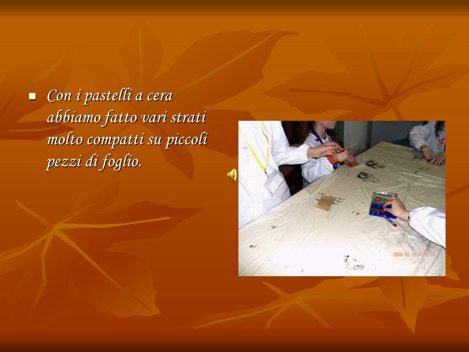 Con i pastelli a cera abbiamo fatto vari strati molto compatti su piccoli pezzi di foglio.
