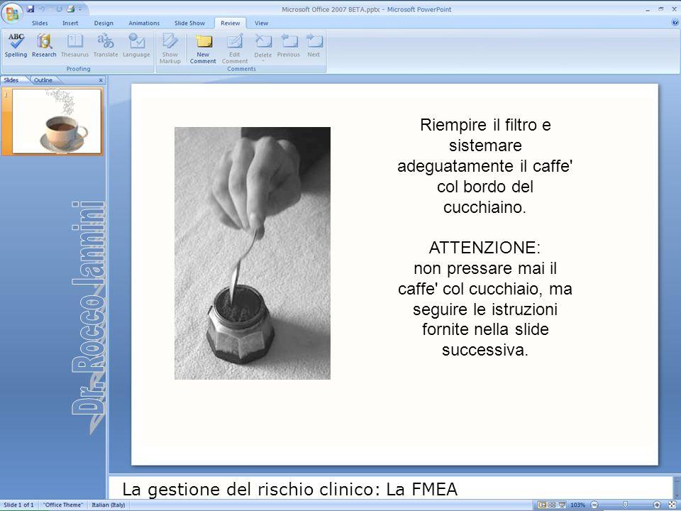 Riempire il filtro e sistemare adeguatamente il caffe col bordo del cucchiaino. ATTENZIONE: non pressare mai il caffe col cucchiaio, ma seguire le istruzioni fornite nella slide successiva.