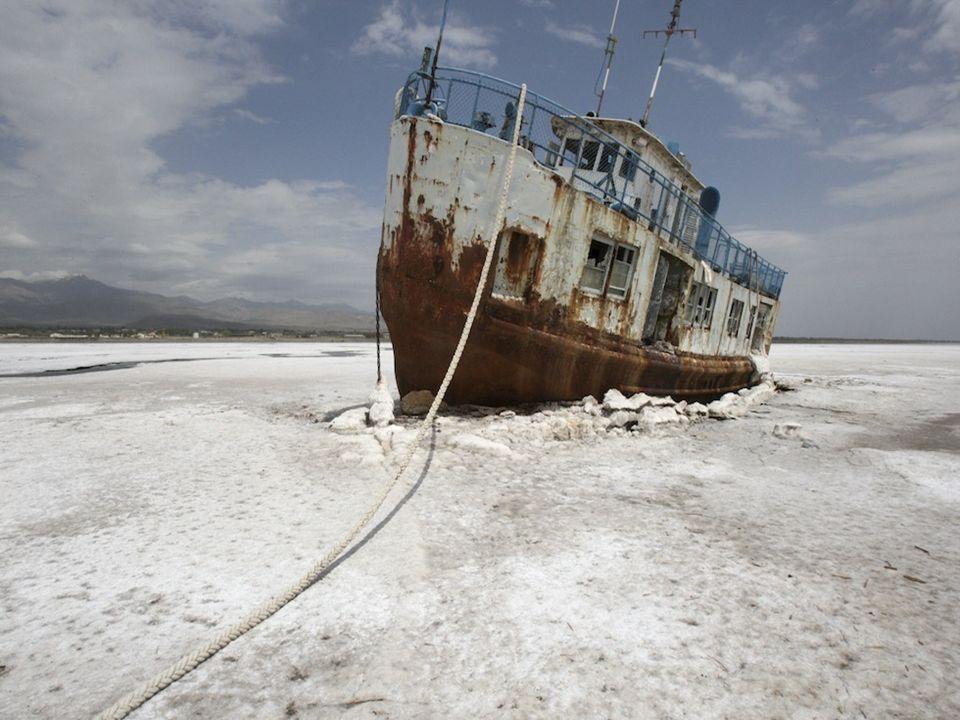 L'Aral è un lago salato. Svanita l'acqua, in molti punti resta un deserto di sale