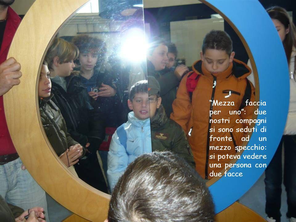Mezza faccia per uno : due nostri compagni si sono seduti di fronte ad un mezzo specchio: si poteva vedere una persona con due facce