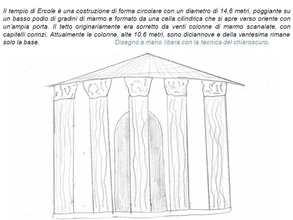 Il tempio di Ercole è una costruzione di forma circolare con un diametro di 14,6 metri, poggiante su un basso podio di gradini di marmo e formato da una cella cilindrica che si apre verso oriente con un'ampia porta.