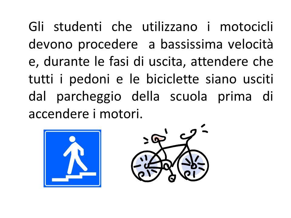 Gli studenti che utilizzano i motocicli devono procedere a bassissima velocità e, durante le fasi di uscita, attendere che tutti i pedoni e le biciclette siano usciti dal parcheggio della scuola prima di accendere i motori.
