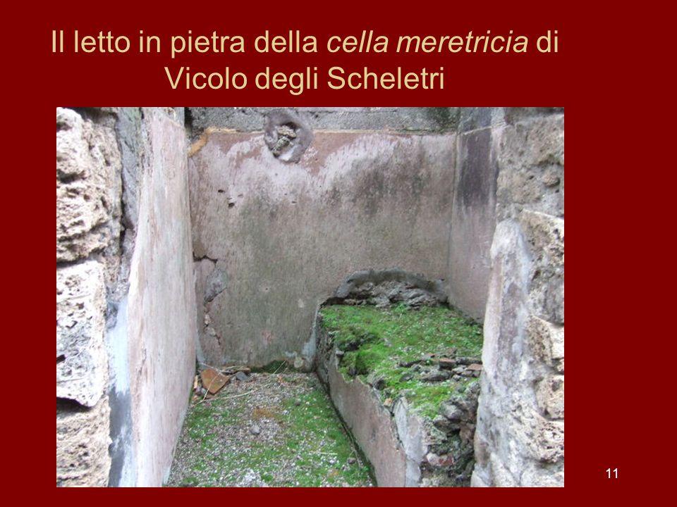 Il letto in pietra della cella meretricia di Vicolo degli Scheletri