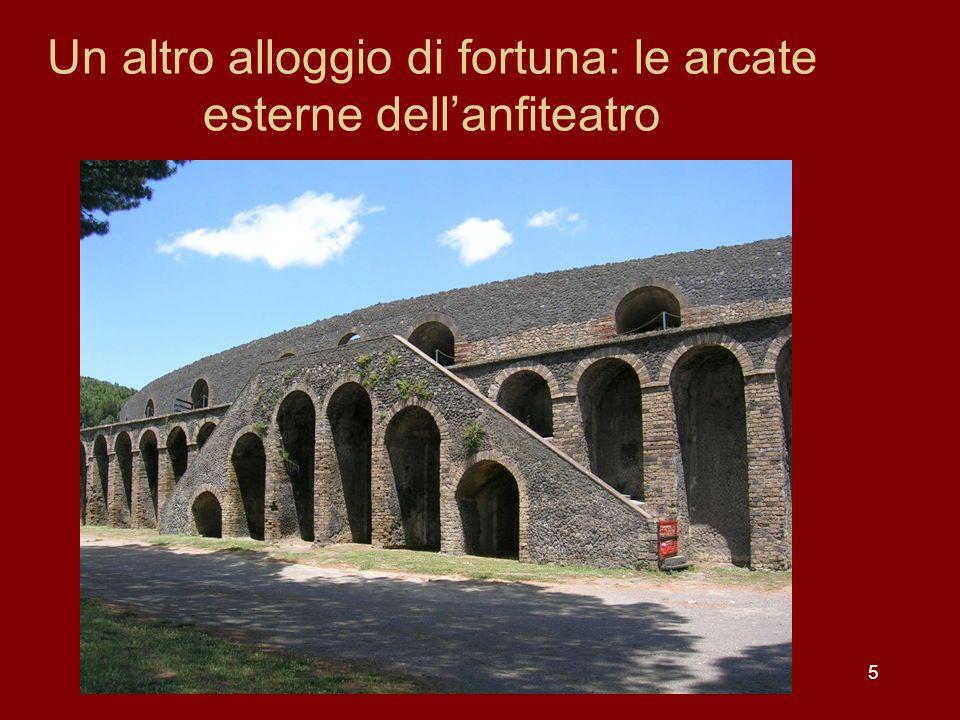 Un altro alloggio di fortuna: le arcate esterne dell'anfiteatro
