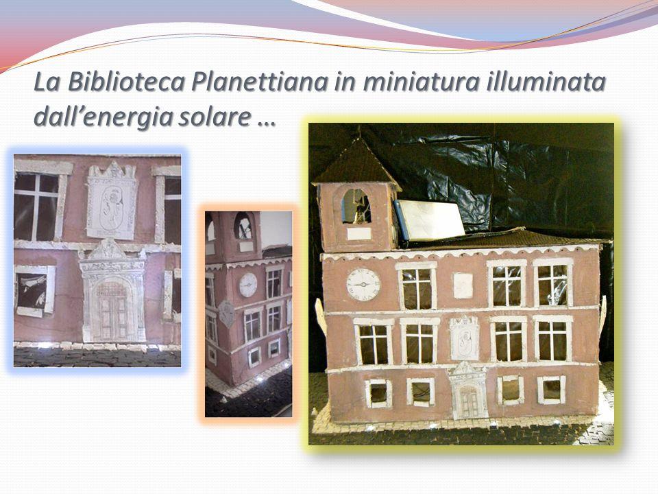 La Biblioteca Planettiana in miniatura illuminata dall'energia solare …