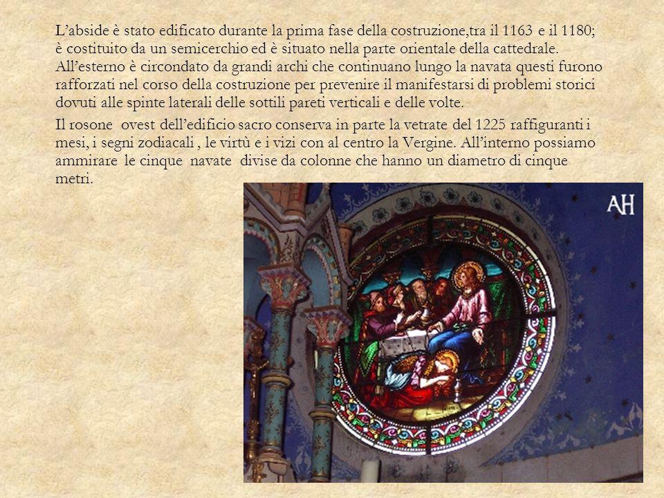 L'abside è stato edificato durante la prima fase della costruzione,tra il 1163 e il 1180; è costituito da un semicerchio ed è situato nella parte orientale della cattedrale. All'esterno è circondato da grandi archi che continuano lungo la navata questi furono rafforzati nel corso della costruzione per prevenire il manifestarsi di problemi storici dovuti alle spinte laterali delle sottili pareti verticali e delle volte.