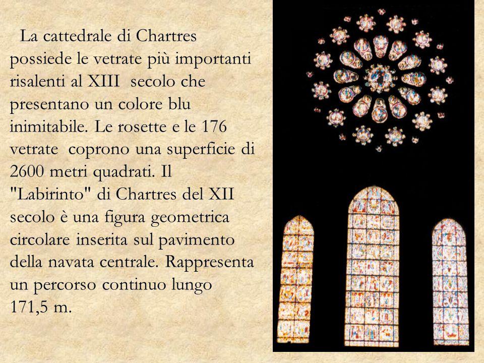 La cattedrale di Chartres possiede le vetrate più importanti risalenti al XIII secolo che presentano un colore blu inimitabile.