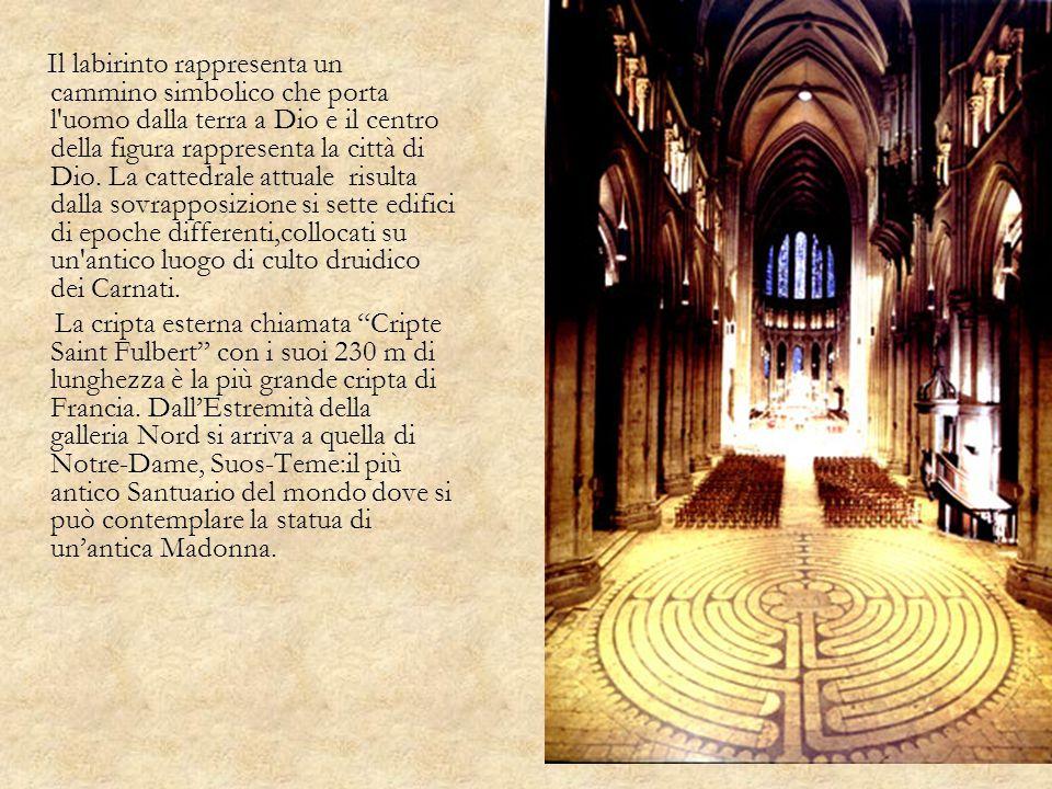Il labirinto rappresenta un cammino simbolico che porta l uomo dalla terra a Dio e il centro della figura rappresenta la città di Dio. La cattedrale attuale risulta dalla sovrapposizione si sette edifici di epoche differenti,collocati su un antico luogo di culto druidico dei Carnati.