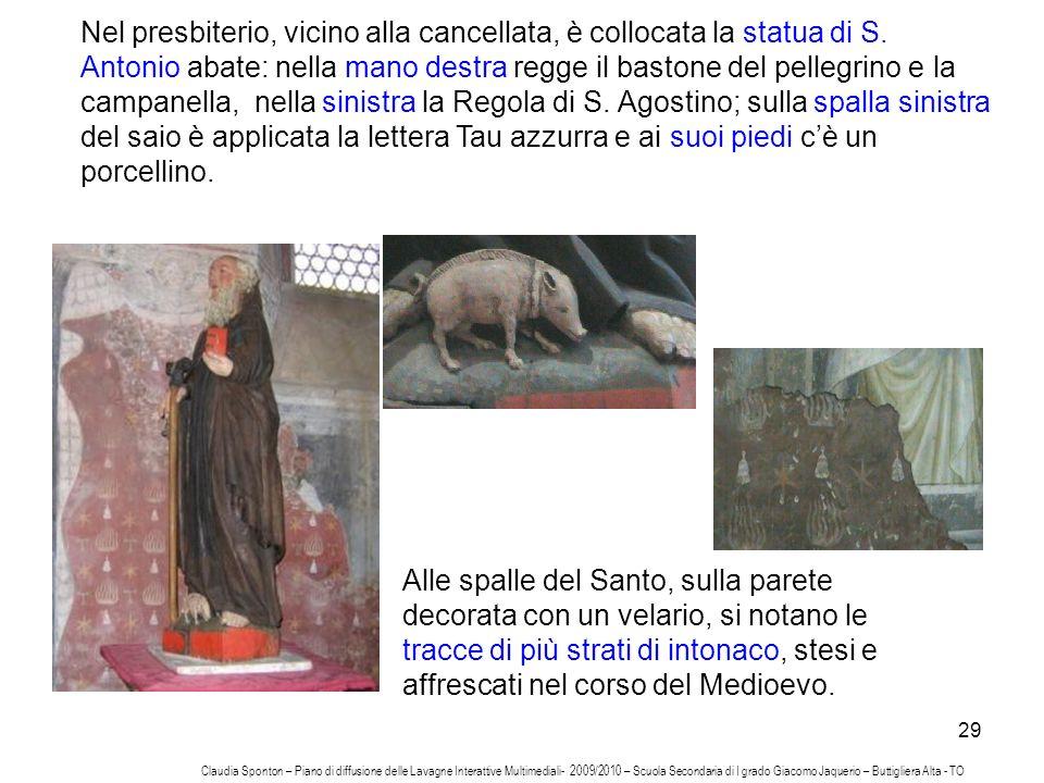Nel presbiterio, vicino alla cancellata, è collocata la statua di S