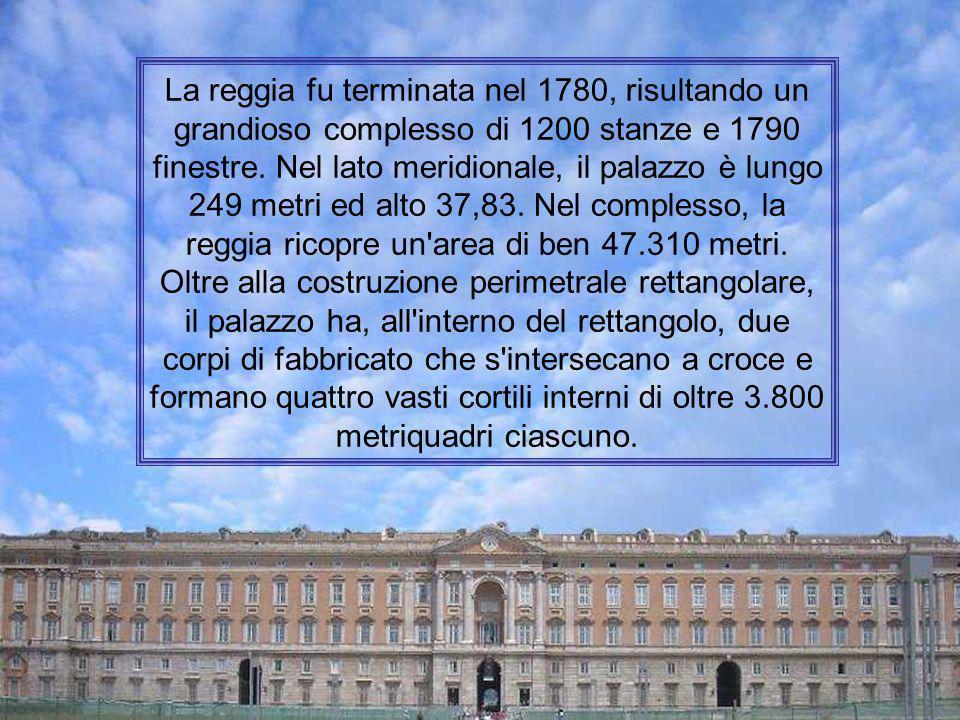 La reggia fu terminata nel 1780, risultando un grandioso complesso di 1200 stanze e 1790 finestre.