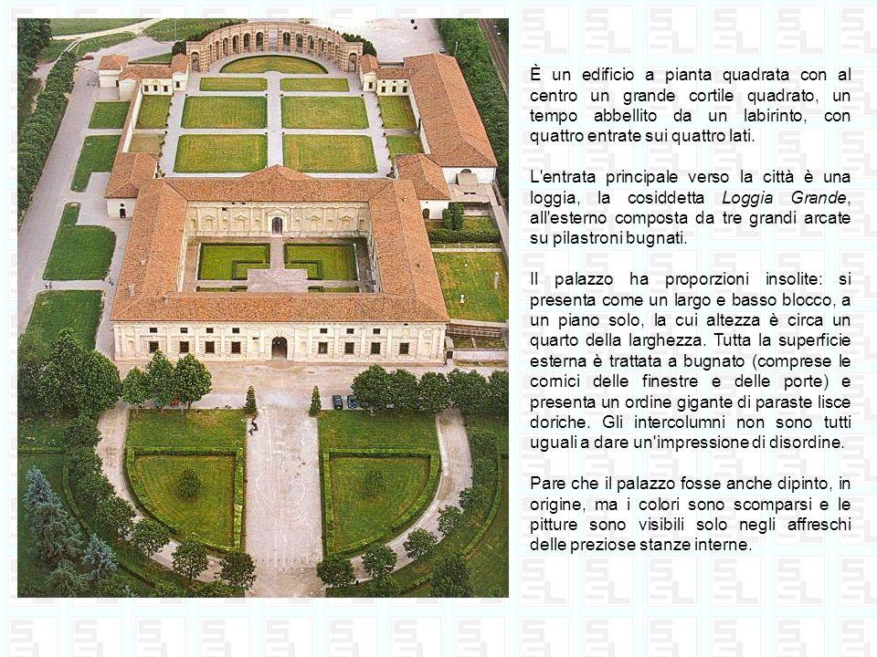 È un edificio a pianta quadrata con al centro un grande cortile quadrato, un tempo abbellito da un labirinto, con quattro entrate sui quattro lati.