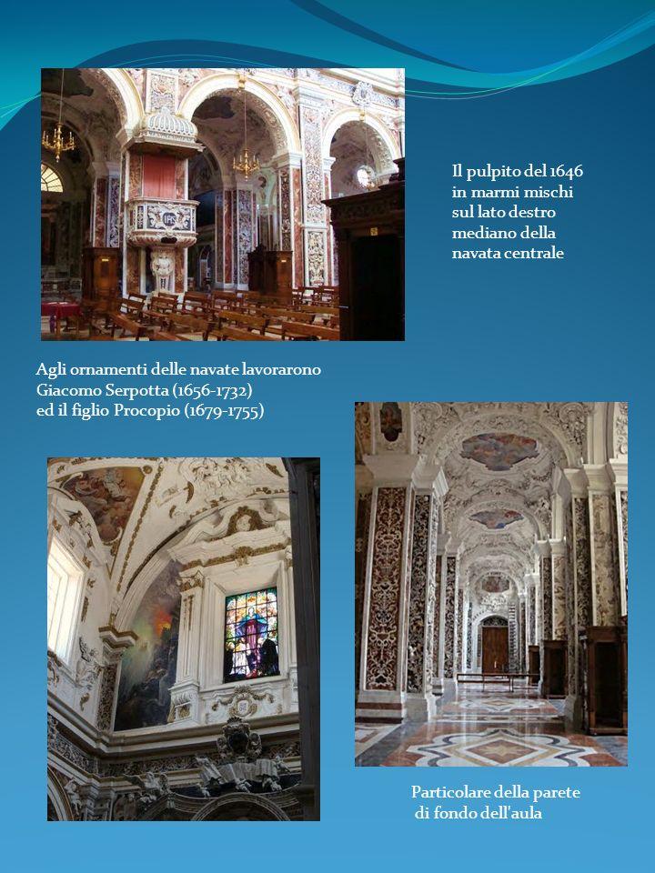 Il pulpito del 1646 in marmi mischi sul lato destro mediano della navata centrale