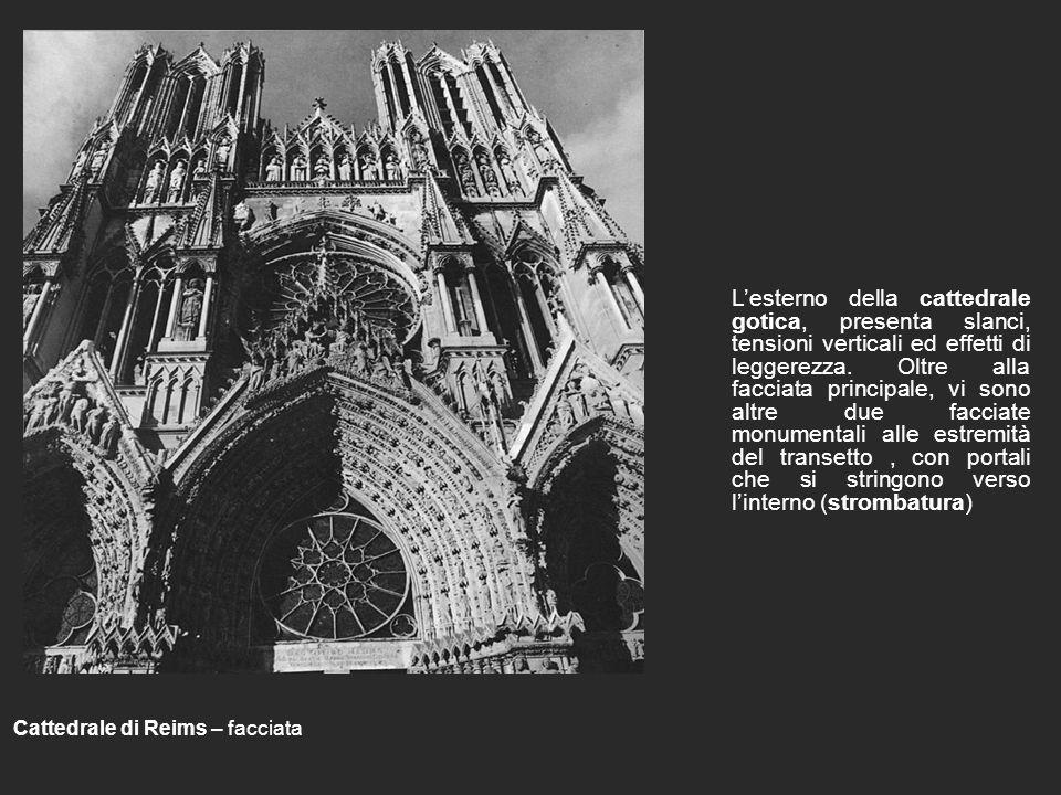 L'esterno della cattedrale gotica, presenta slanci, tensioni verticali ed effetti di leggerezza. Oltre alla facciata principale, vi sono altre due facciate monumentali alle estremità del transetto , con portali che si stringono verso l'interno (strombatura)