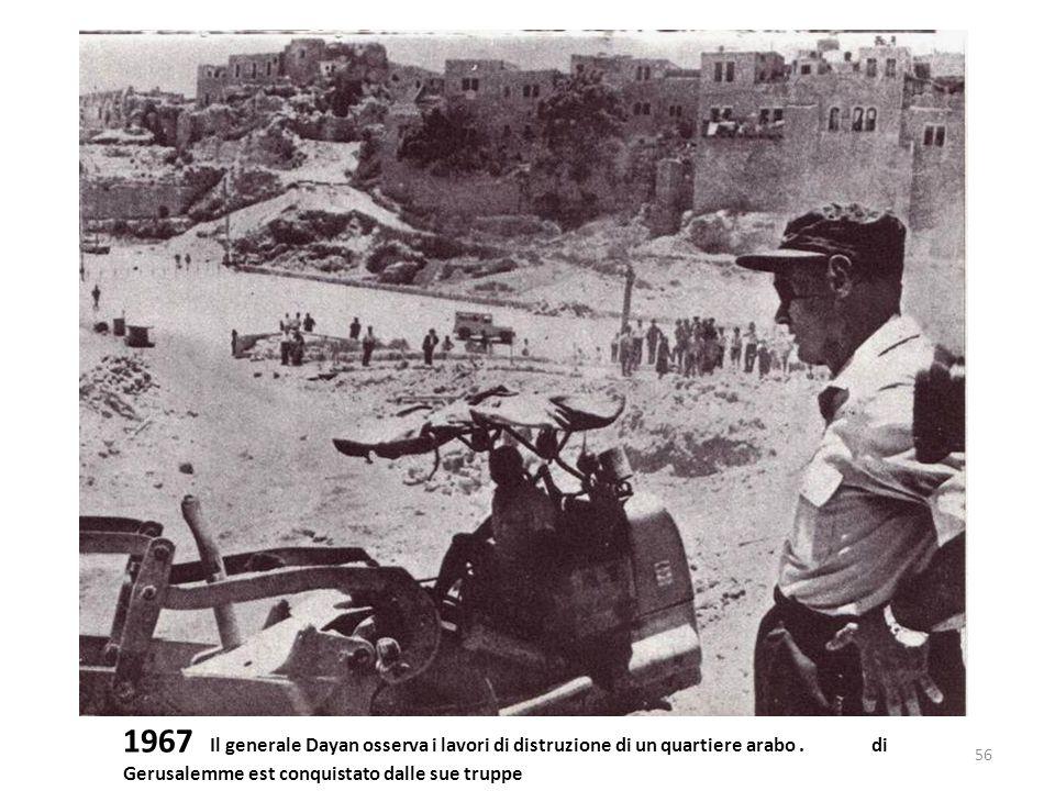 1967 Il generale Dayan osserva i lavori di distruzione di un quartiere arabo .