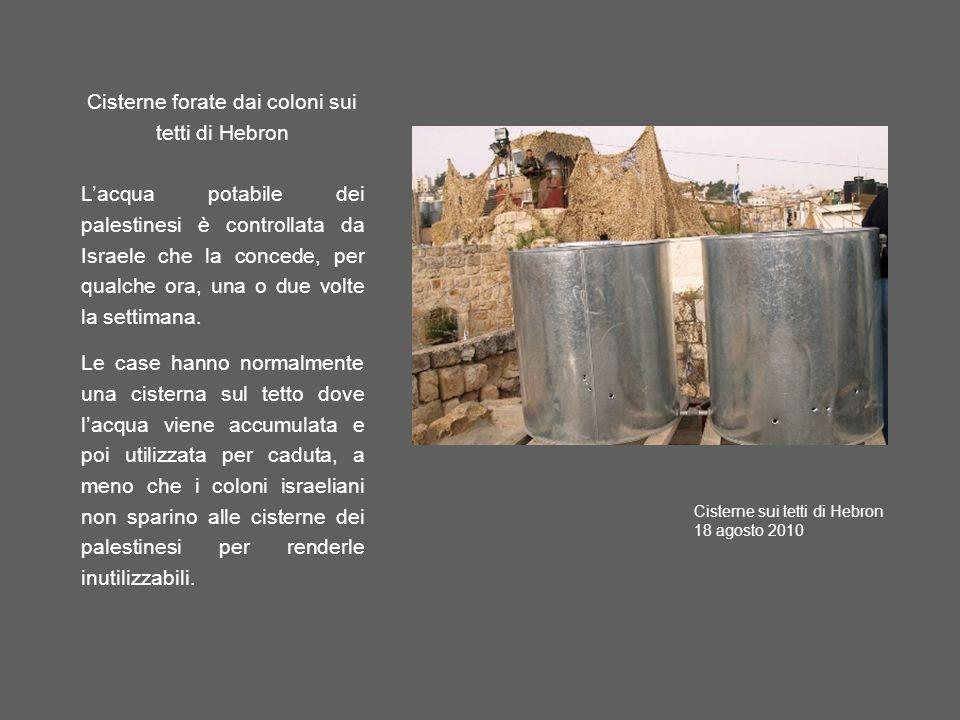Cisterne forate dai coloni sui tetti di Hebron