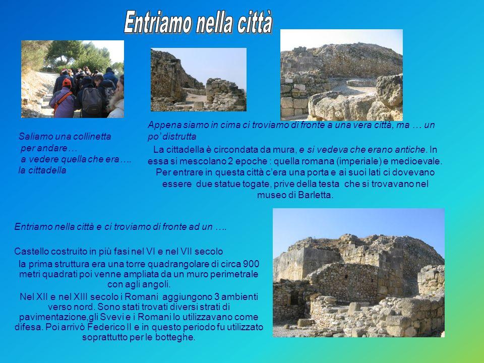 Entriamo nella città Appena siamo in cima ci troviamo di fronte a una vera città, ma … un po' distrutta.