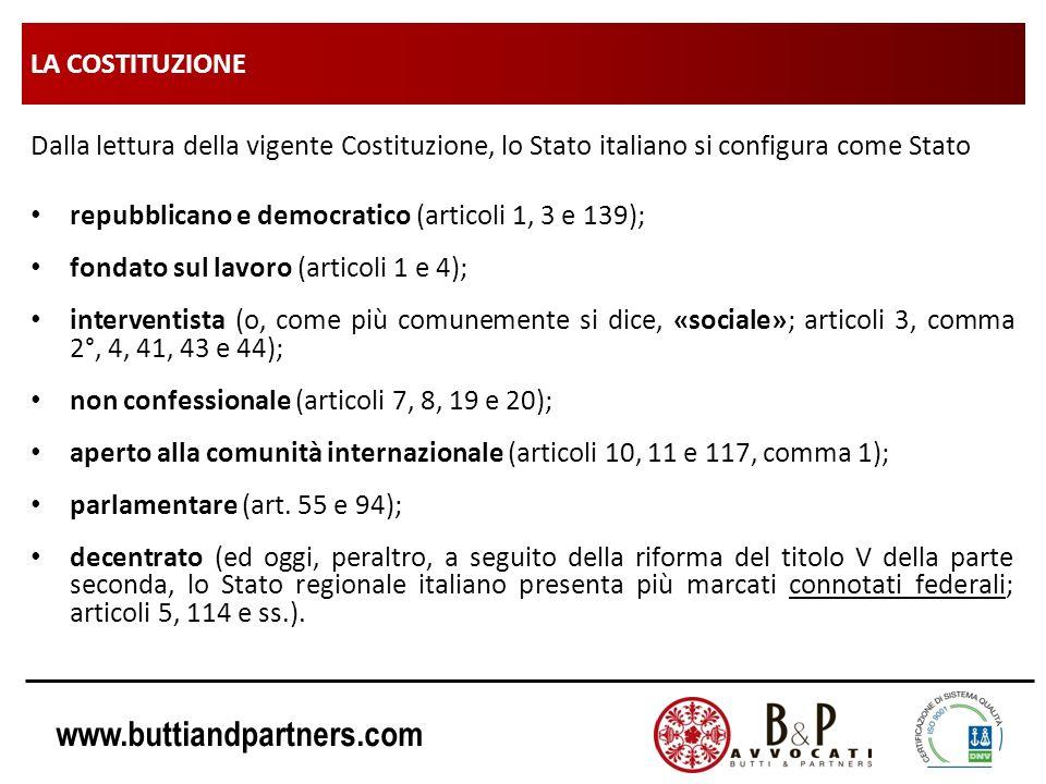 LA COSTITUZIONE Dalla lettura della vigente Costituzione, lo Stato italiano si configura come Stato.