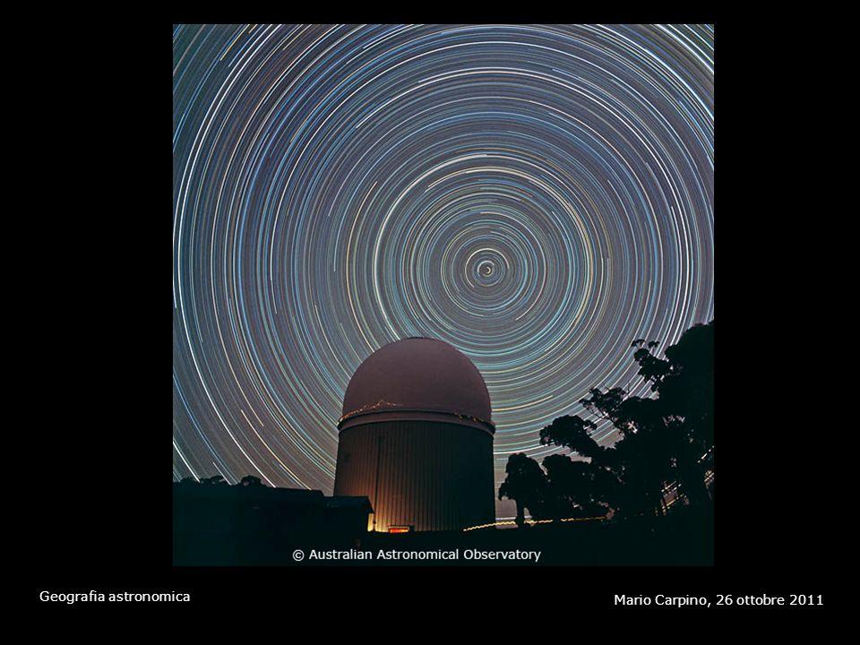 Questa fotografia del cielo notturno è stata scattata puntando la macchina fotografica (fissata a un treppiede) in direzione nord e usando un tempo di posa di alcune ore. Le immagini delle stelle appaiono come strisciate per effetto della rotazione della volta celeste. Come si vede, il moto di ogni stella è un arco di cerchio che ha per centro il Polo nord, l'unico punto che rimane fermo durante la rotazione. La stella più vicina al Polo nord visibile nella fotografia, che compie un arco di raggio molto piccolo, è la Stella Polare.