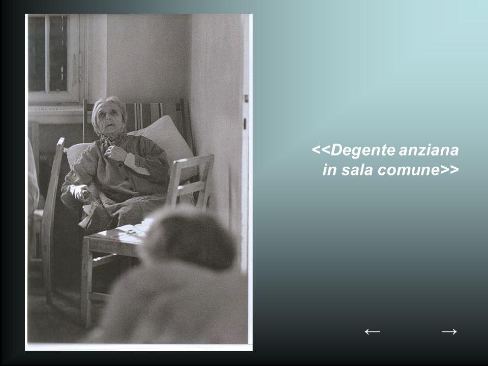 <<Degente anziana in sala comune>>