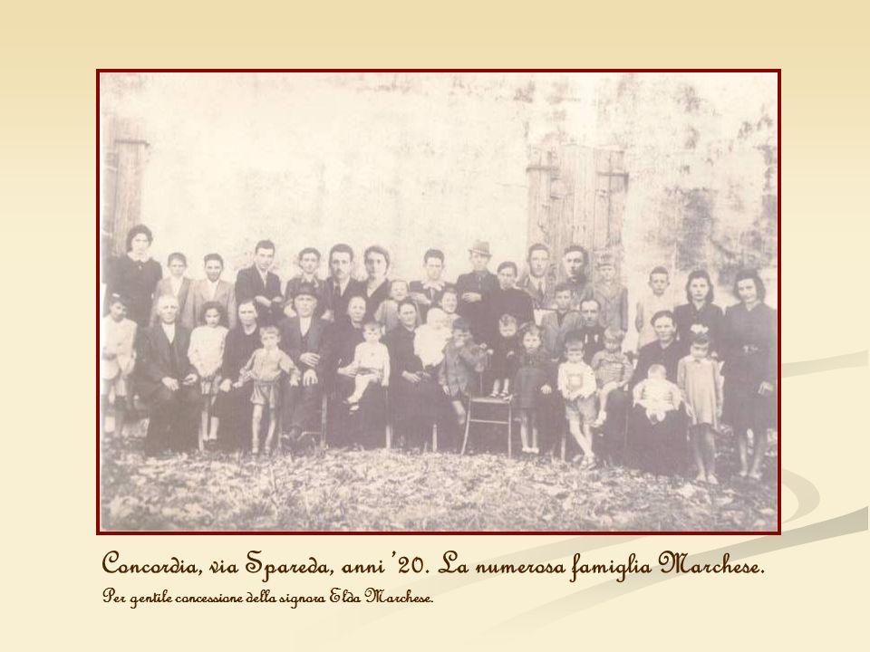 Concordia, via Spareda, anni '20. La numerosa famiglia Marchese.