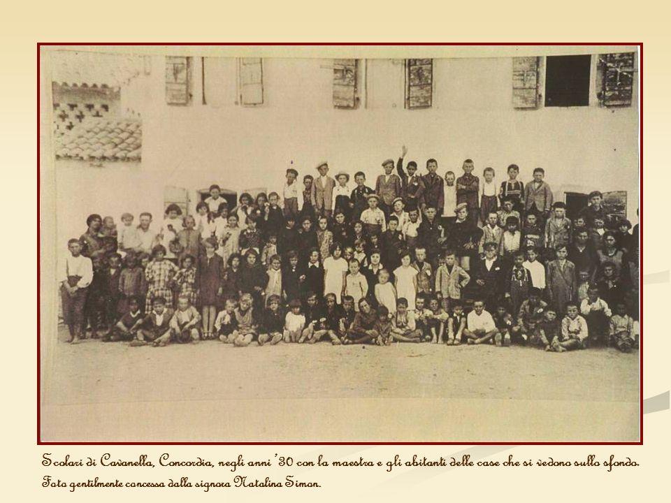 Scolari di Cavanella, Concordia, negli anni '30 con la maestra e gli abitanti delle case che si vedono sullo sfondo.