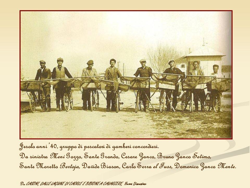 Jesolo anni '40, gruppo di pescatori di gamberi concordiesi.