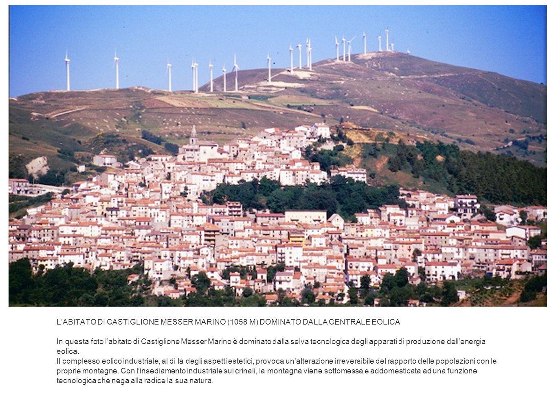 L'ABITATO DI CASTIGLIONE MESSER MARINO (1058 M) DOMINATO DALLA CENTRALE EOLICA In questa foto l'abitato di Castiglione Messer Marino è dominato dalla selva tecnologica degli apparati di produzione dell'energia eolica.