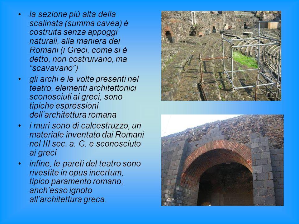 la sezione più alta della scalinata (summa cavea) è costruita senza appoggi naturali, alla maniera dei Romani (i Greci, come si è detto, non costruivano, ma scavavano )